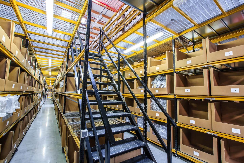 Pasillos elevados con escaleras | POLYPAL STORAGE SYSTEMS