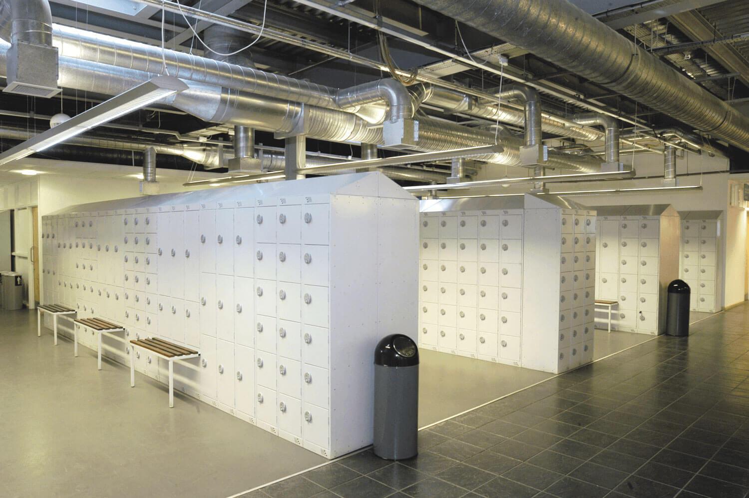 Ikean pääkonttorin monikäyttöinen puku- ja säilytyskaappialue 1 | POLYPAL STORAGE SYSTEMS